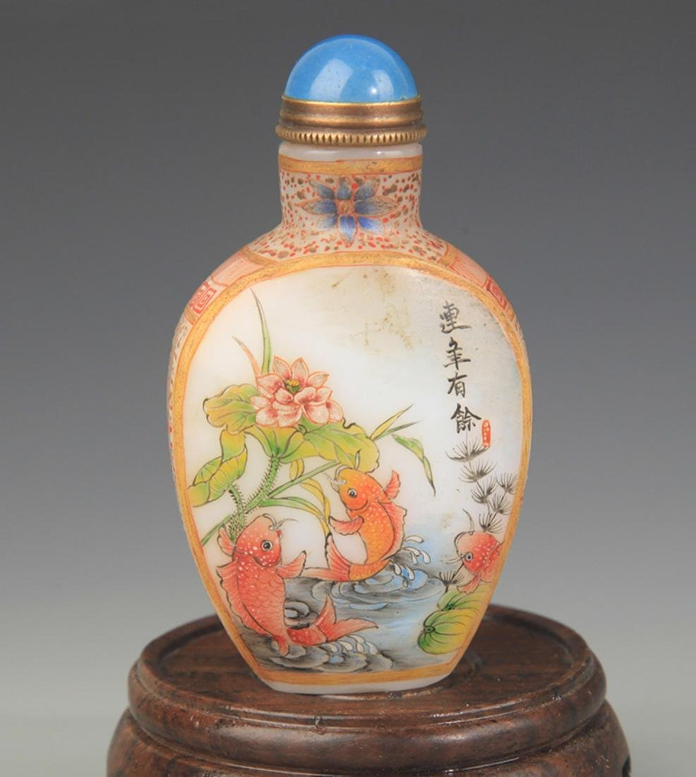 A FINE FISH PAINTED GLASS SNUFF BOTTLE - 2