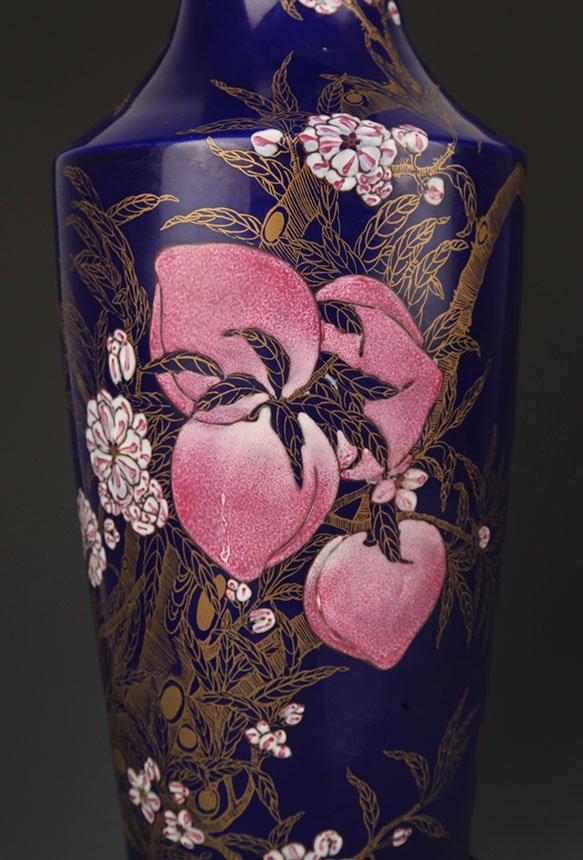 A BLUE COLOR GLAZED FAMILLE ROSE PEACH PATTERN VASE - 3