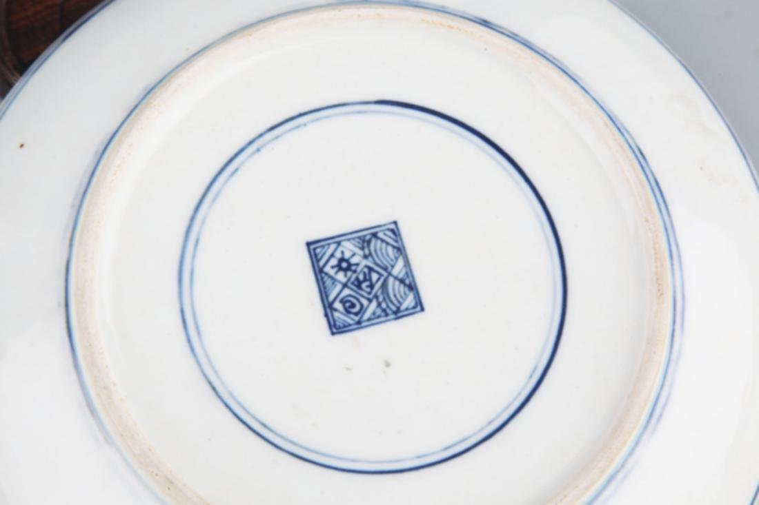 A FINELY PAINTED BLUE AND WHITE PORCELAIN PLATE - 5