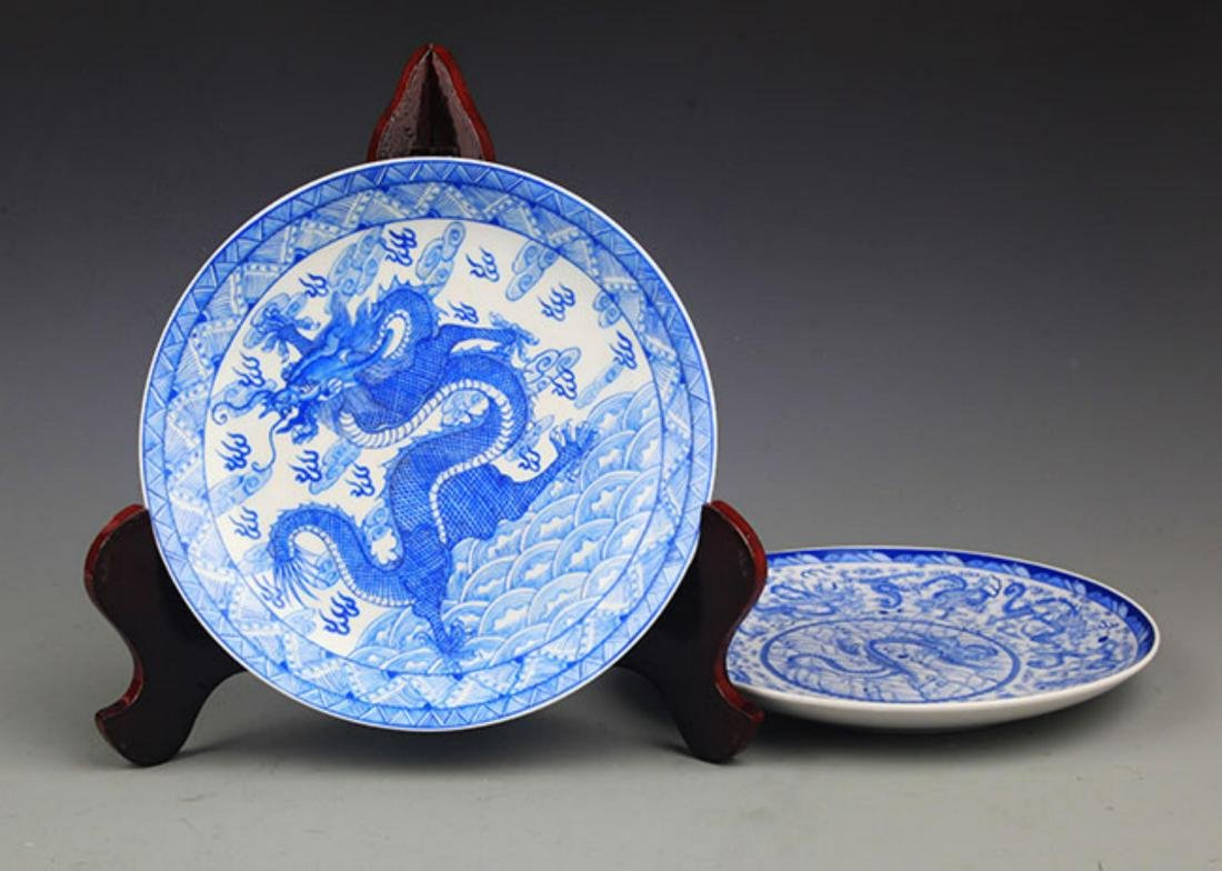 PAIR OF TWO DRAGON PAINTED PORCELAIN PLATE