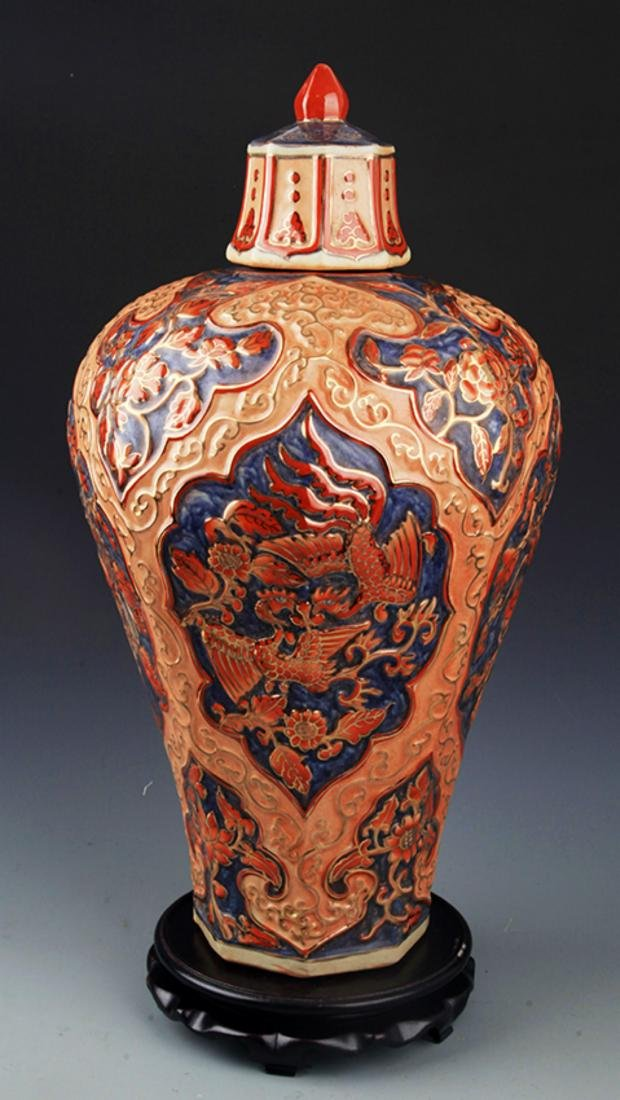 A ENAMEL COLOR PAINTED PORCELAIN JAR WITH COVER
