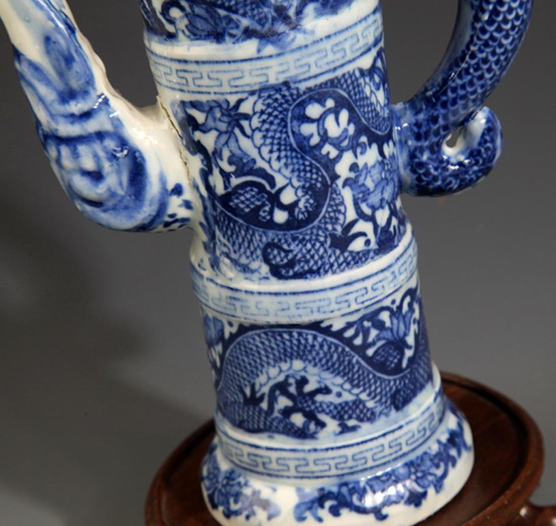 A FINELY PAINTED BLUE AND WHITE PORCELAIN WATER BOTTLE - 4