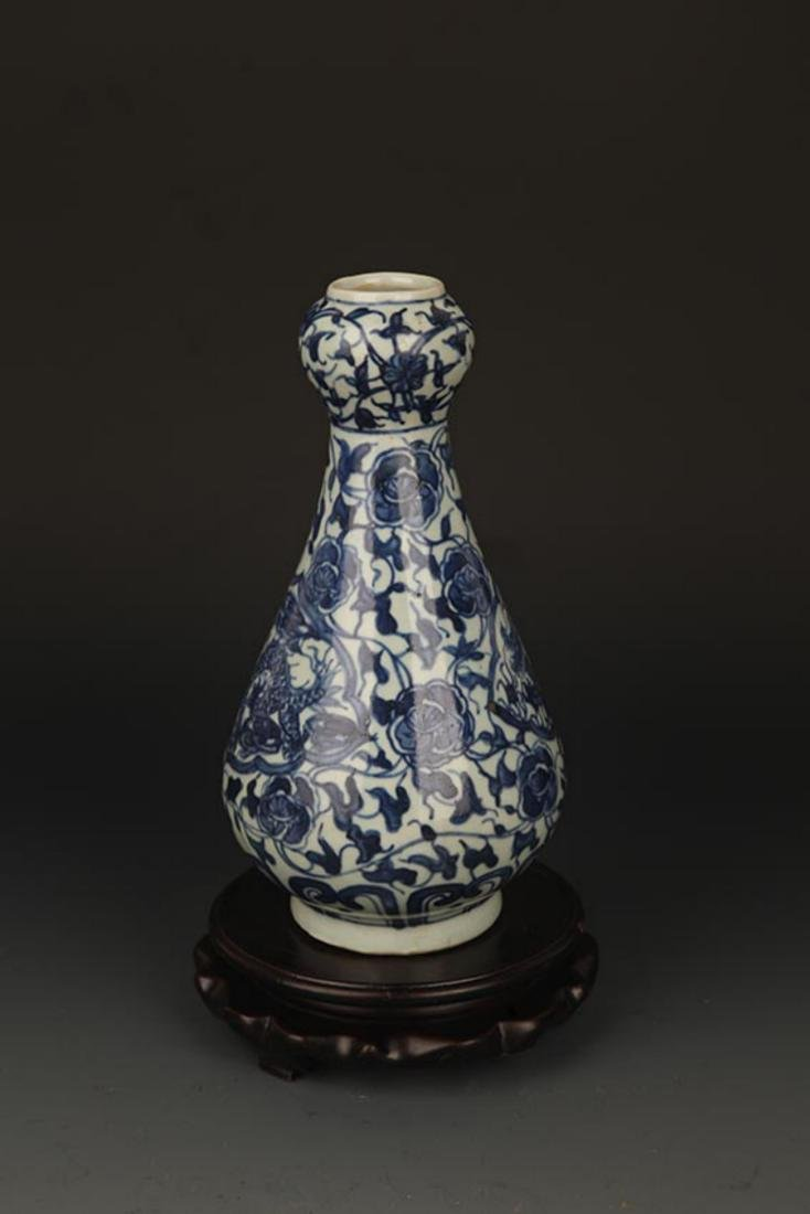 A FLOWER PAINTED BLUE AND WHITE VASE