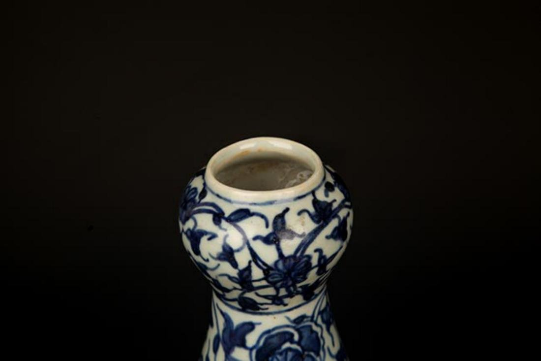 A FLOWER PAINTED BLUE AND WHITE VASE - 2