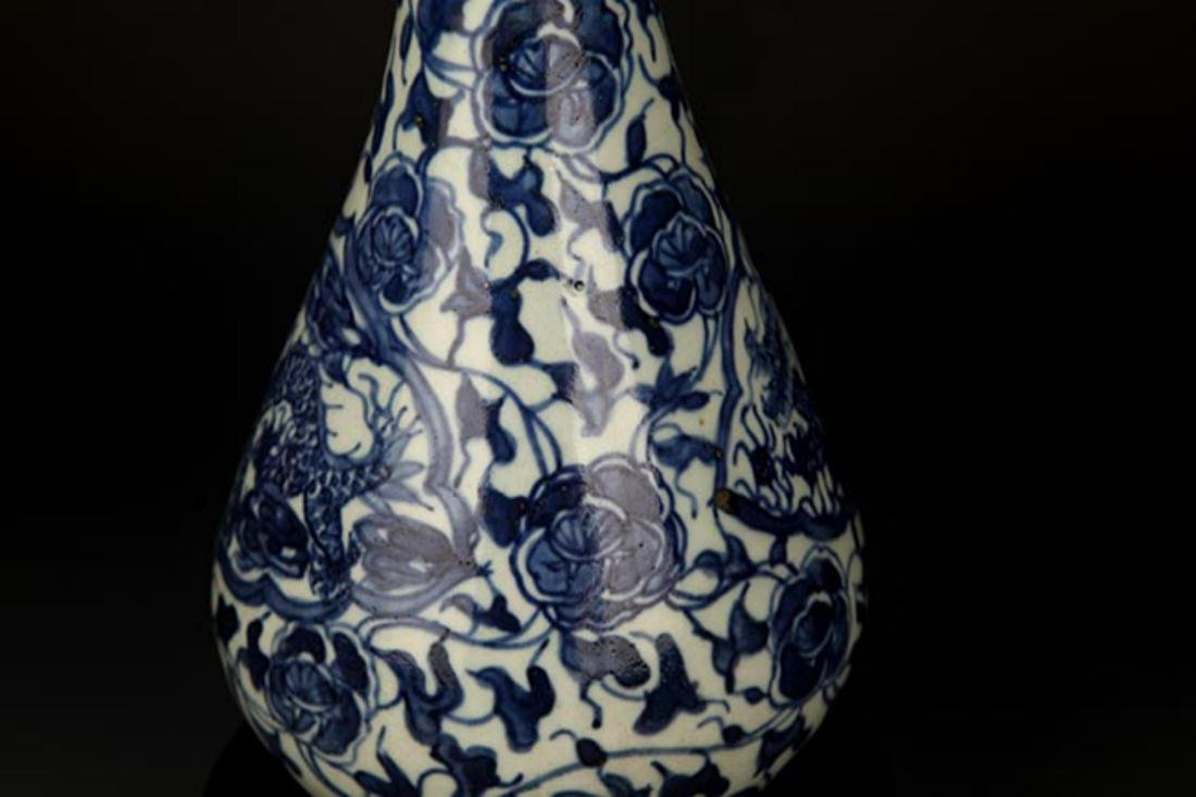 A FLOWER PAINTED BLUE AND WHITE VASE - 3