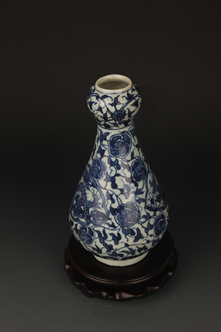 A FLOWER PAINTED BLUE AND WHITE VASE - 4