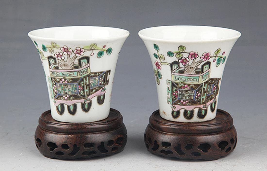 A PAIR OF FINELY PAINTED PORCELAIN CUP