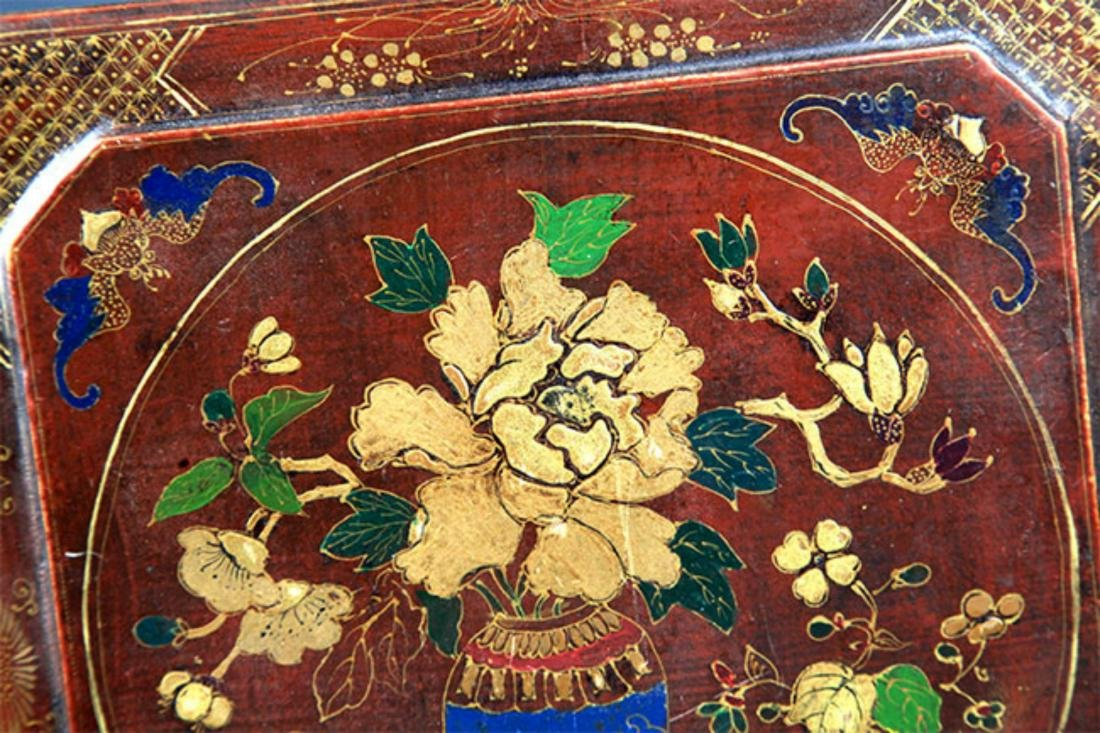 A GILT LACQUERED FLOWER PAINTED WOOD BOX - 3