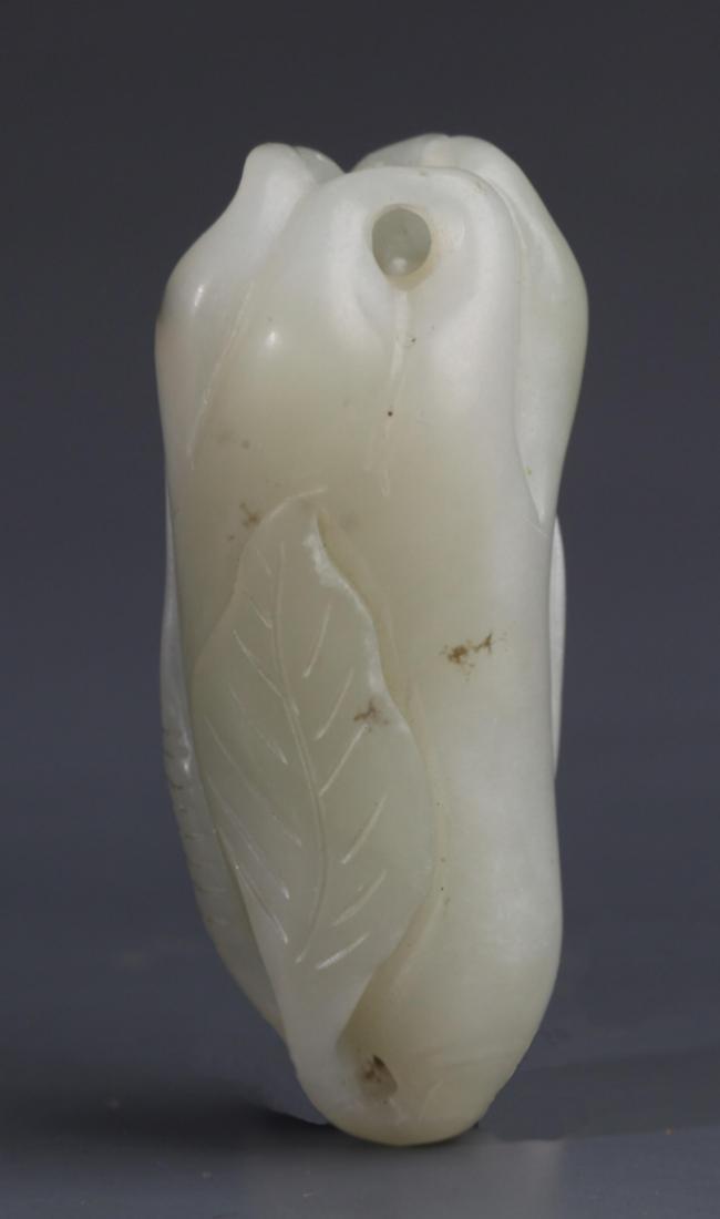 A BUDDHA HAND SHAPED WHITE JADE PENDANT