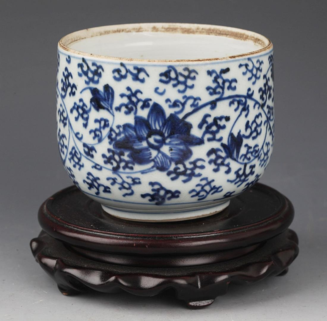 A FLOWER PAINTED BLUE AND WHITE R PORCELAIN CUP