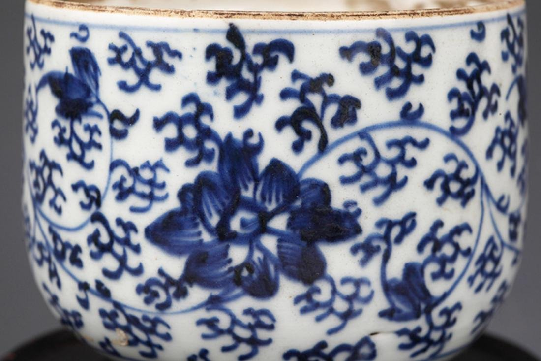 A FLOWER PAINTED BLUE AND WHITE R PORCELAIN CUP - 3