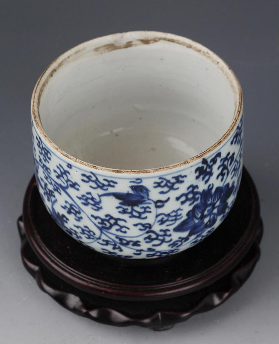 A FLOWER PAINTED BLUE AND WHITE R PORCELAIN CUP - 5