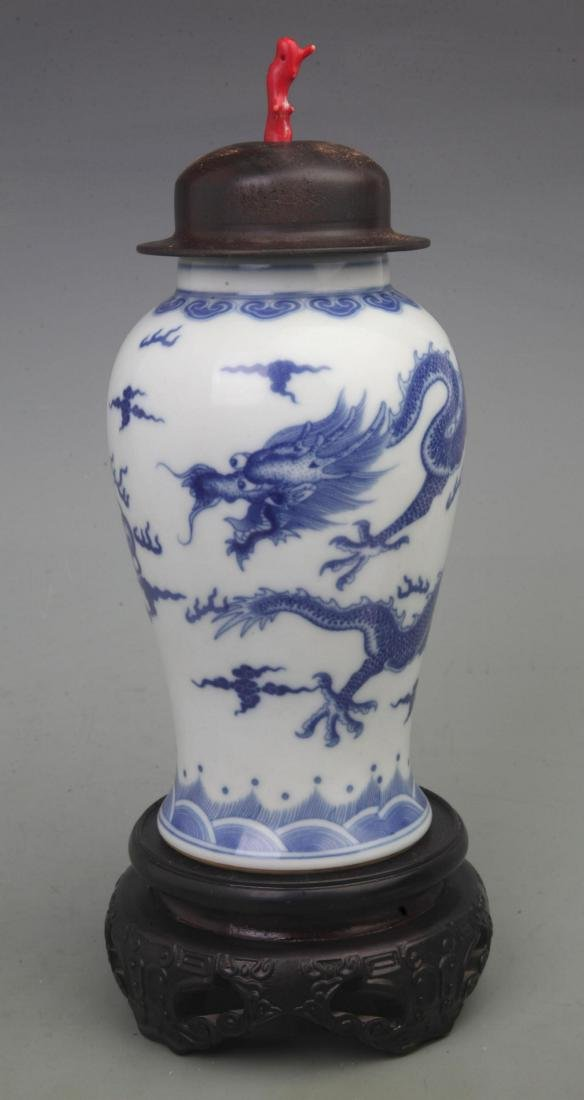 A FINE BLUE AND WHITE PORCELAIN VASE WITH REDWOOD LID