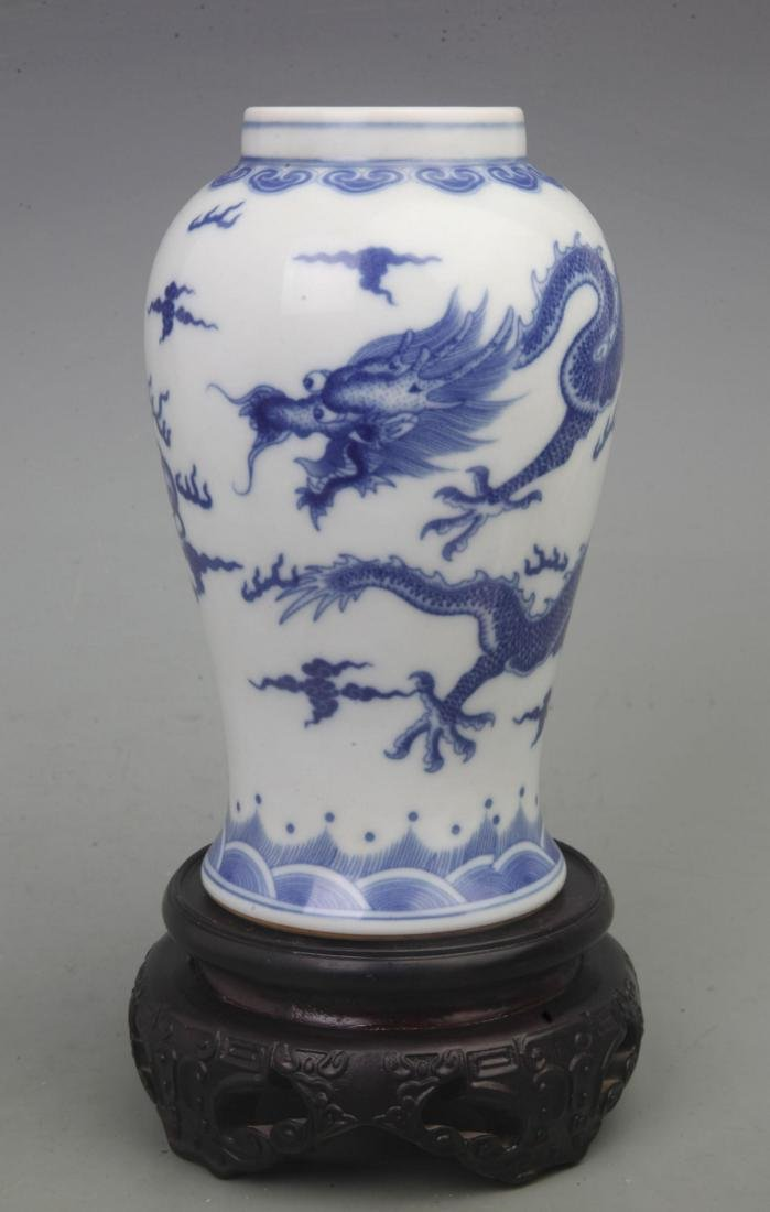 A FINE BLUE AND WHITE PORCELAIN VASE WITH REDWOOD LID - 2