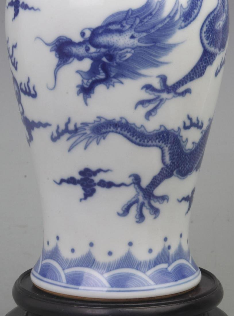 A FINE BLUE AND WHITE PORCELAIN VASE WITH REDWOOD LID - 4