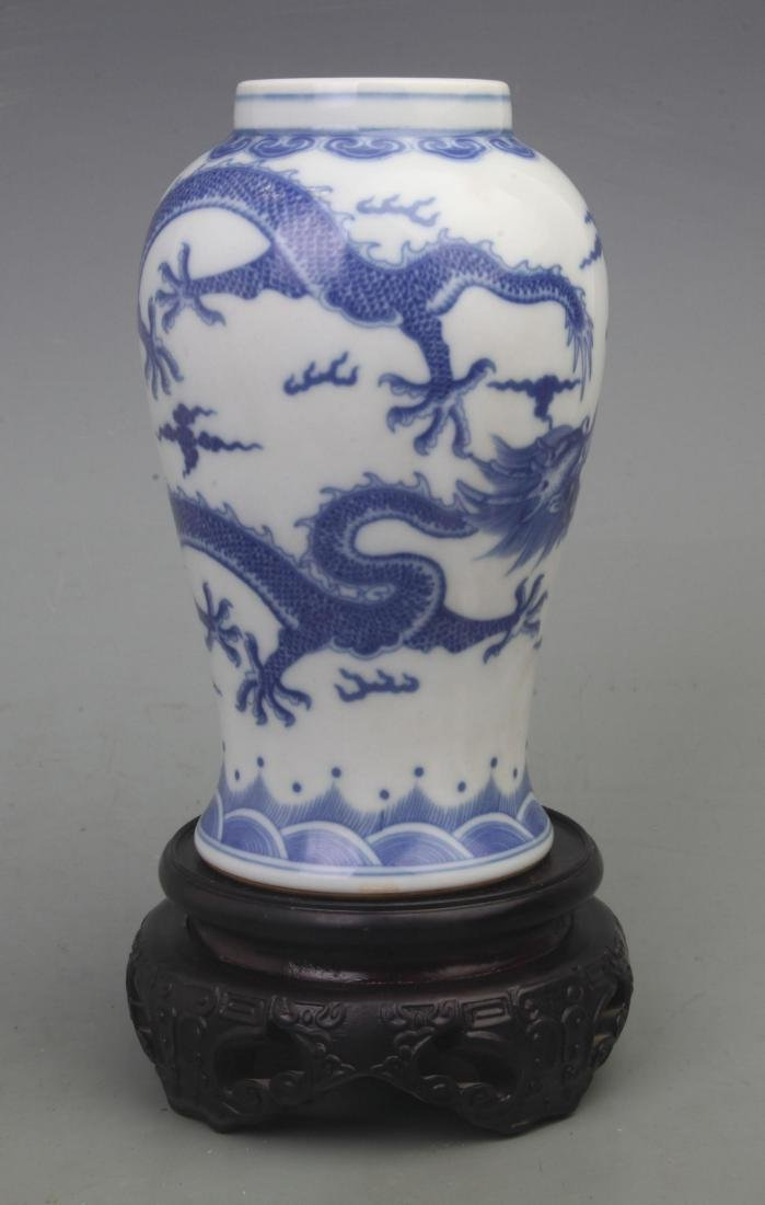 A FINE BLUE AND WHITE PORCELAIN VASE WITH REDWOOD LID - 5