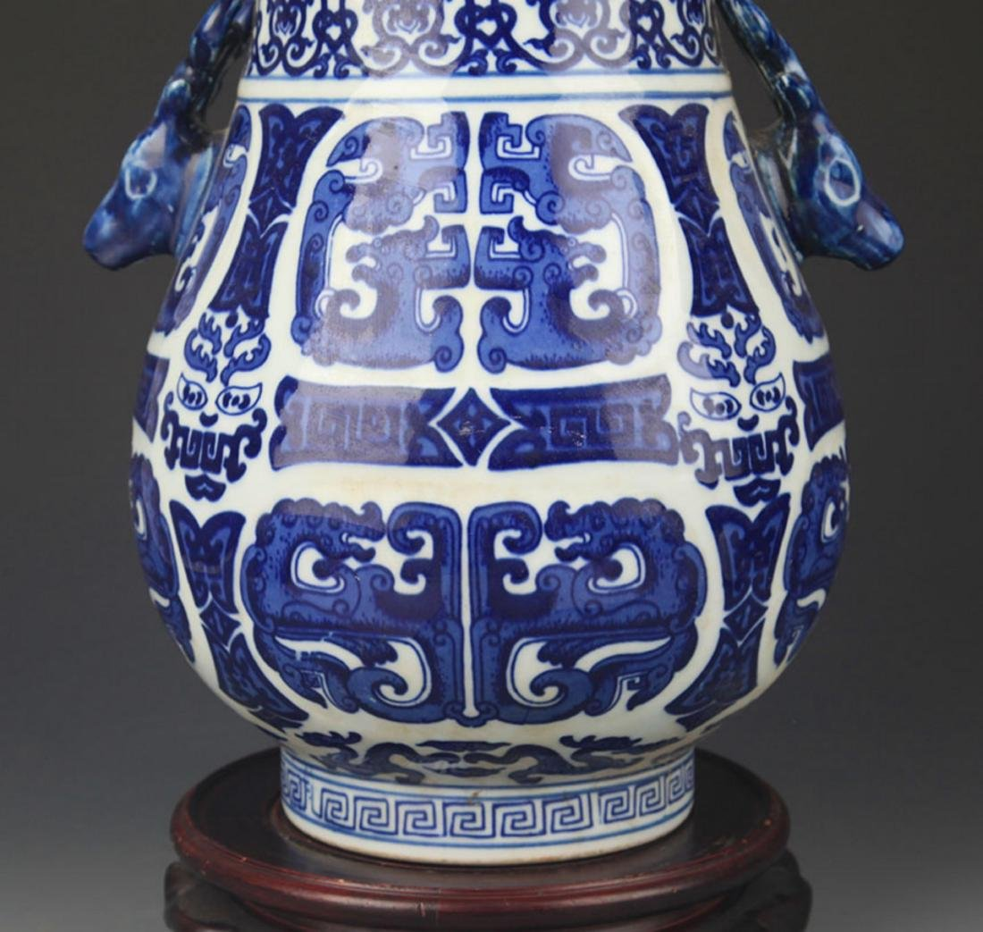 A BLUE AND WHITE DEER HEAD HANDLE VASE - 3