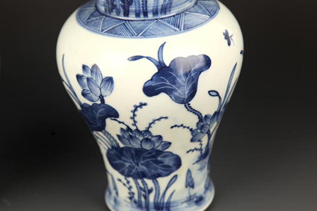 A BLUE AND WHITE LOTUS PAINTED PORCELAIN VASE - 3