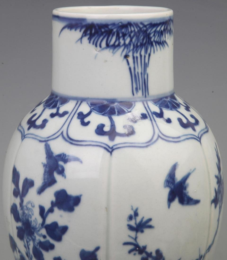 A REAR BLUE AND WHITE FLOWER PATTERN VASE WITH REDWOOD - 2