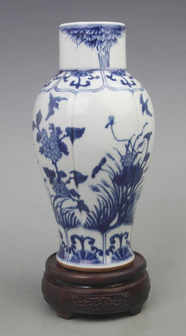 A REAR BLUE AND WHITE FLOWER PATTERN VASE WITH REDWOOD - 4