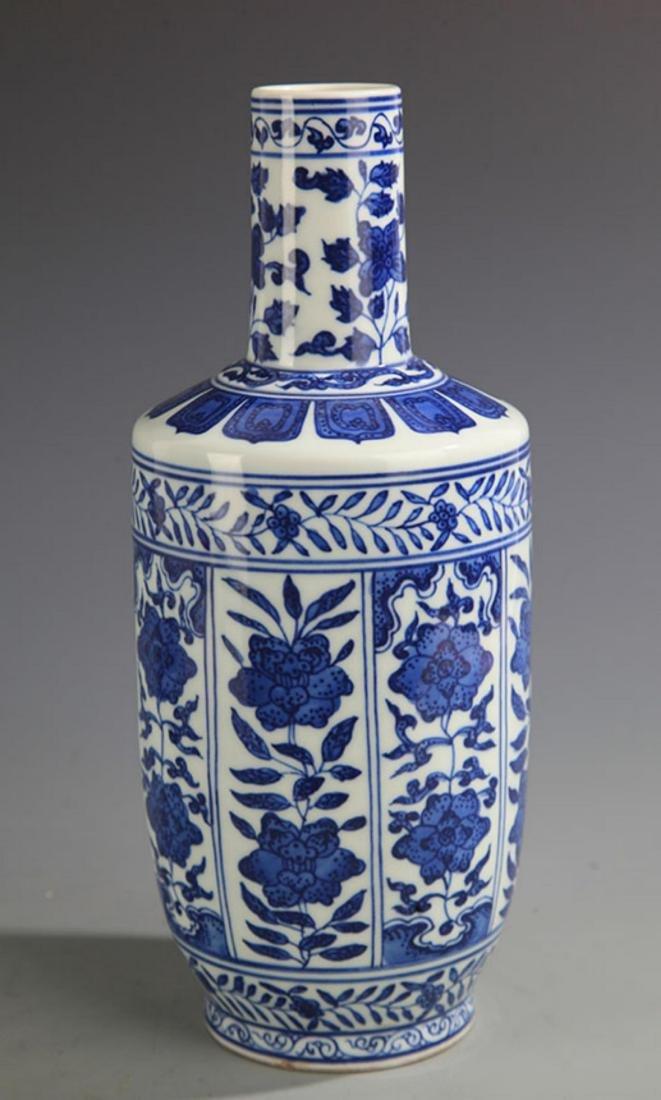 A BLUE AND WHITE FLOWER PORCELAIN MALLET STYLE VASE