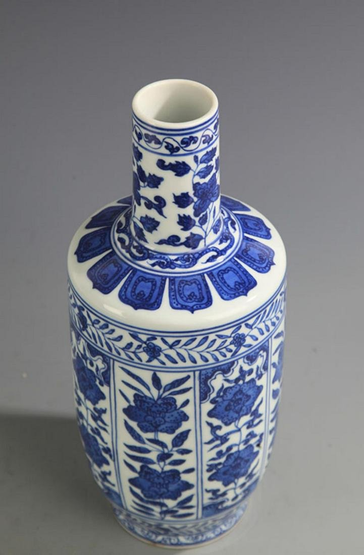 A BLUE AND WHITE FLOWER PORCELAIN MALLET STYLE VASE - 2