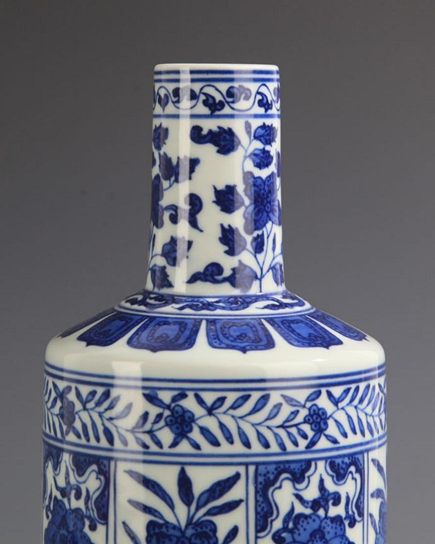 A BLUE AND WHITE FLOWER PORCELAIN MALLET STYLE VASE - 3