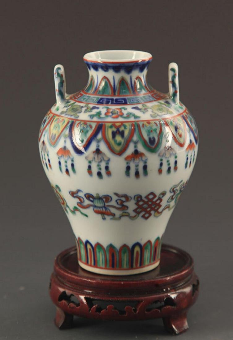 A FINE DOUCAI COLOR FLOWER PATTERN PORCELAIN JAR