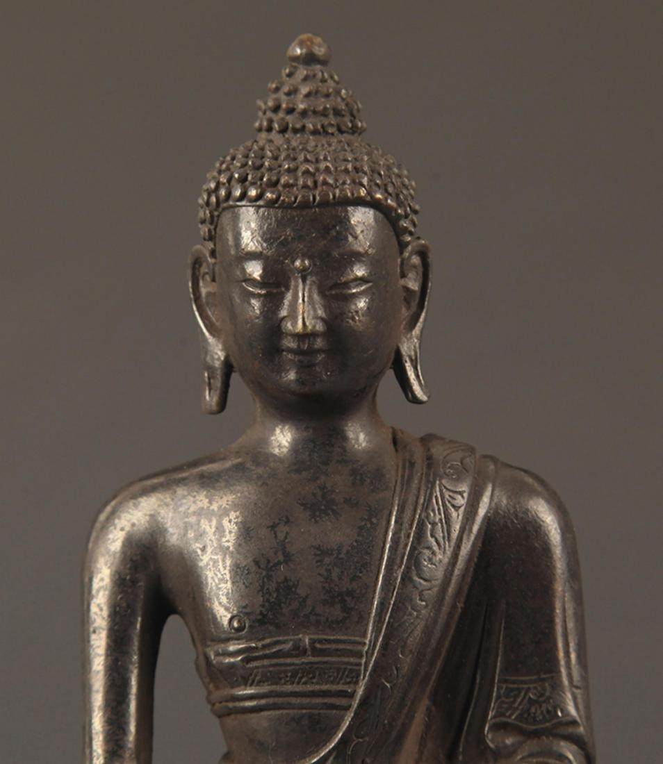 A FINE BRONZE TIBETAN BHAISAJYAGURU BUDDHA - 2