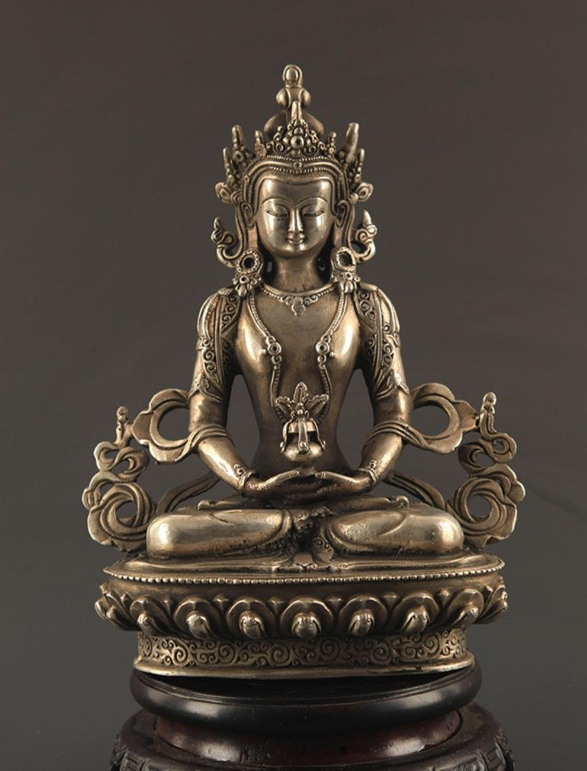 A FINELY CARVED BUDDHA STATUE