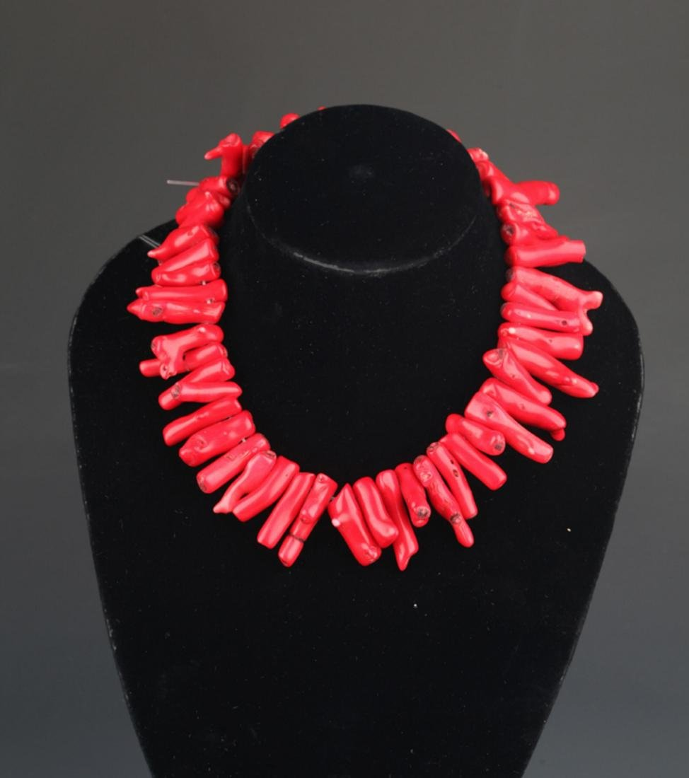 A OLD CORAL NECKLACE (49 PCS)