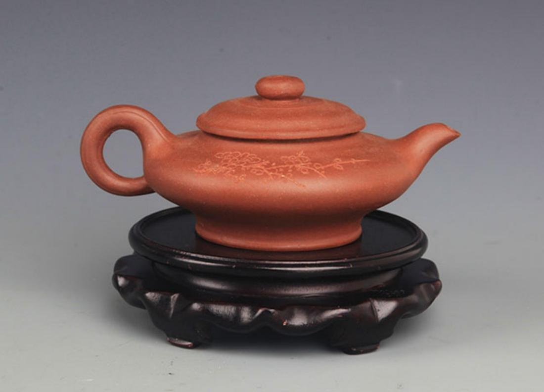 A FINELY MADE YI XING ZI SHA TEA POT