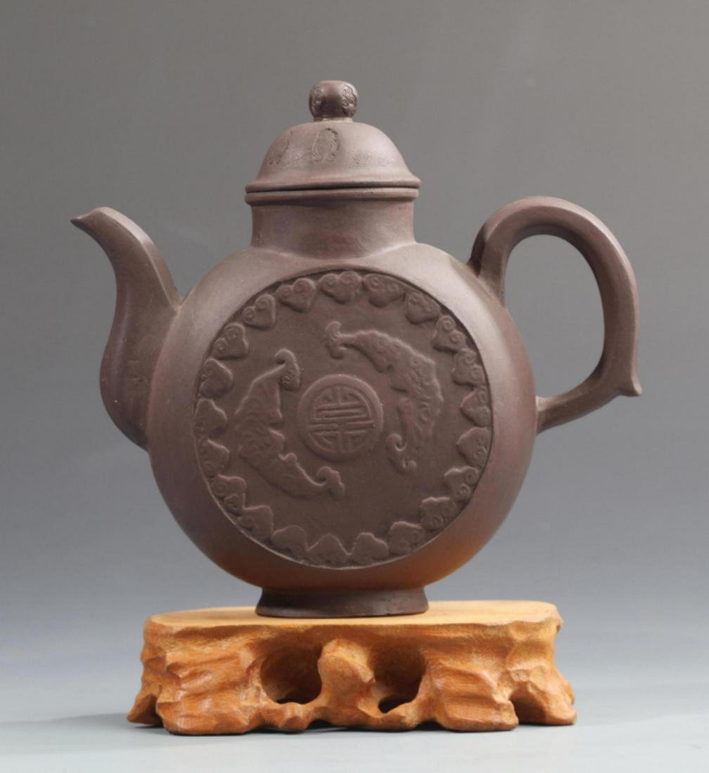 A FINELY MADE ZI SHA TEAPOT WITH HANDLE