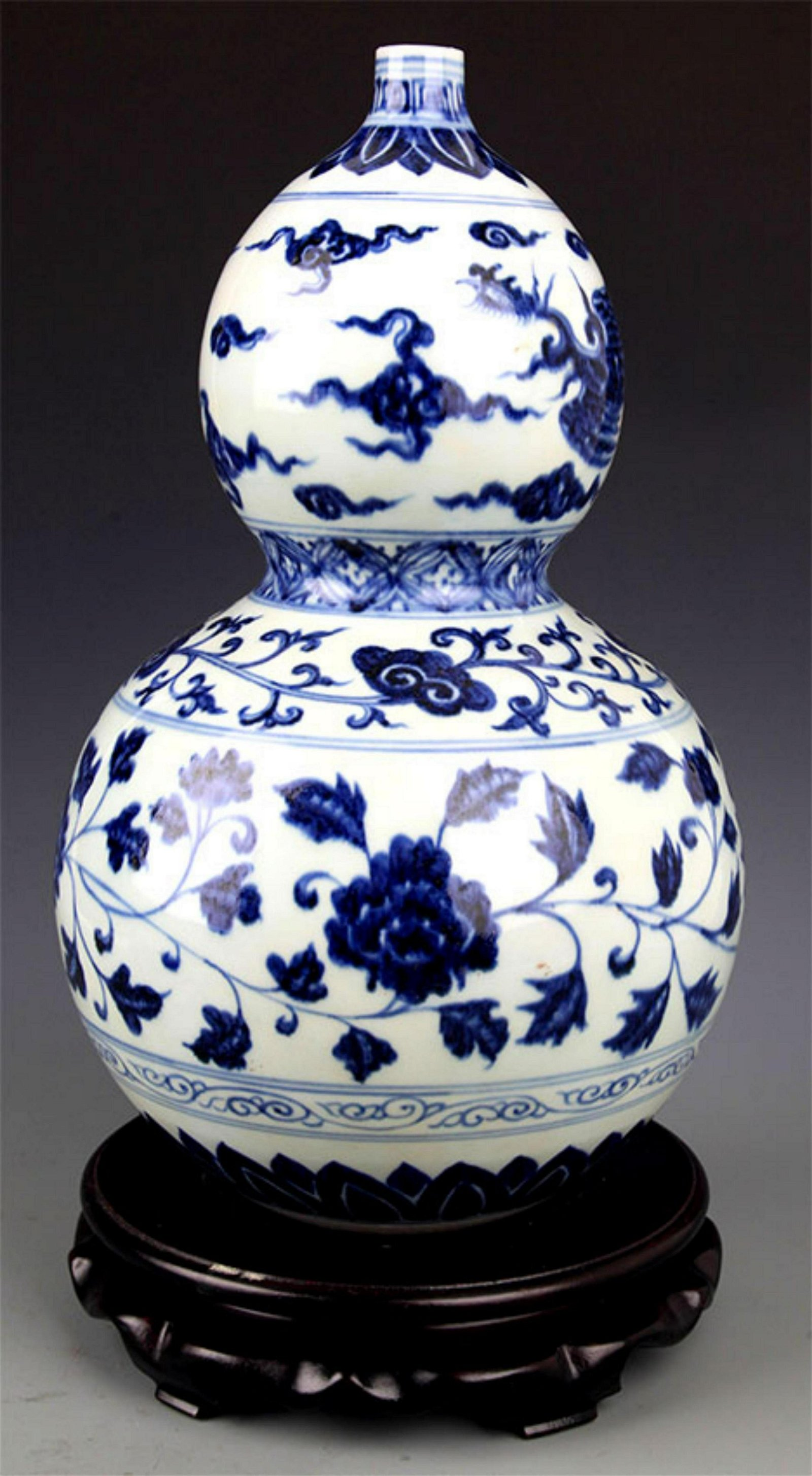 A FINE LARGE BLUE AND WHITE PORCELAIN GOURD BOTTLE