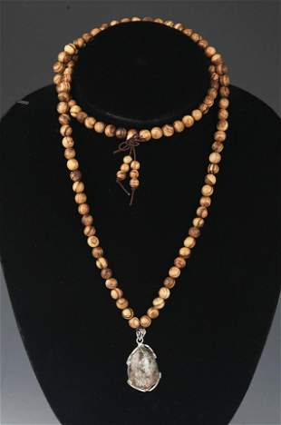 A FINE AGARWOOD WITH PENDANT NECKLACE