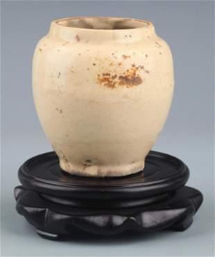 A SMALL WHITE COLOR GLAZED PORCELAIN JAR