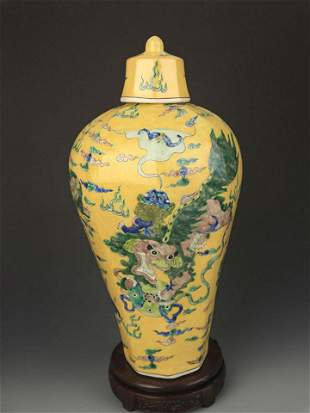 YELLOW GROUND SAN CAI COLOR LION PLAYING VASE