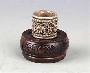 A FINELY CARVED SILVER PLATE THUMBS RING