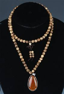 A FINE AGARWOOD NECKLACE WITH CRYSTAL PENDANT
