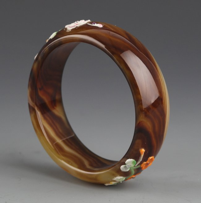 A AGATE BANGLE WITH FLOWER DESIGN