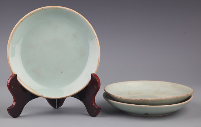A GROUP OF THREE GREEN COLOR GLAZED PROCELAIN PLATE