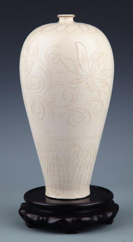 A LARGE FLOWER CARVED WHITE COLOR PORCELAIN BOTTLE,