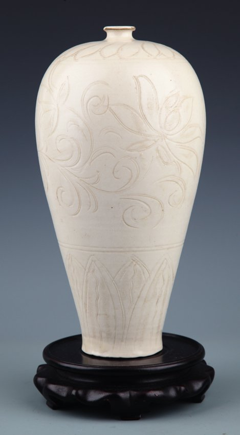 A LARGE FLOWER CARVED WHITE COLOR PORCELAIN BOTTLE,