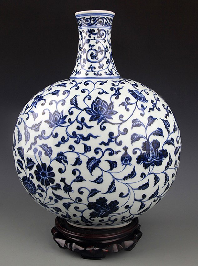 A TALL BLUE AND WHITE PORCELAIN BOTTLE