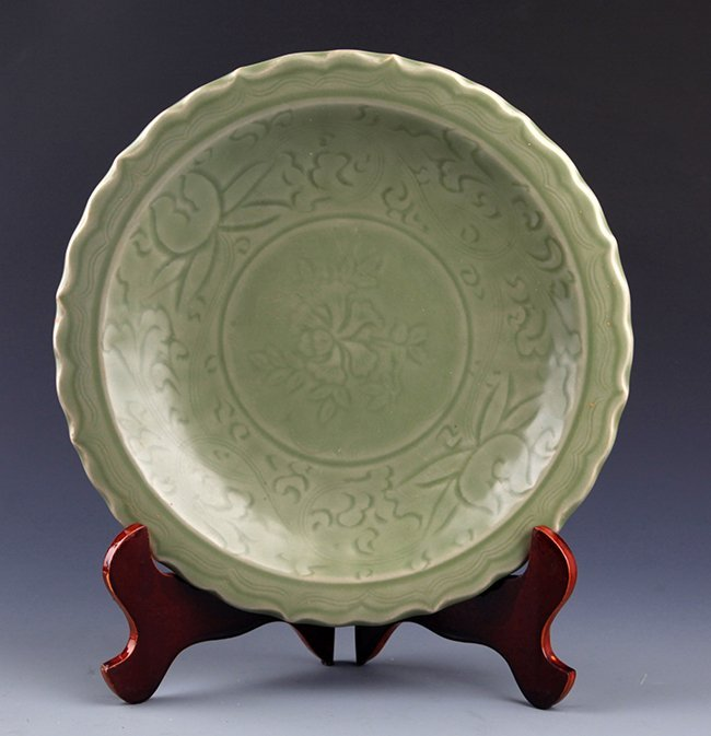 A FINELY CARVED LONG QUAN PORCELAIN PLATE
