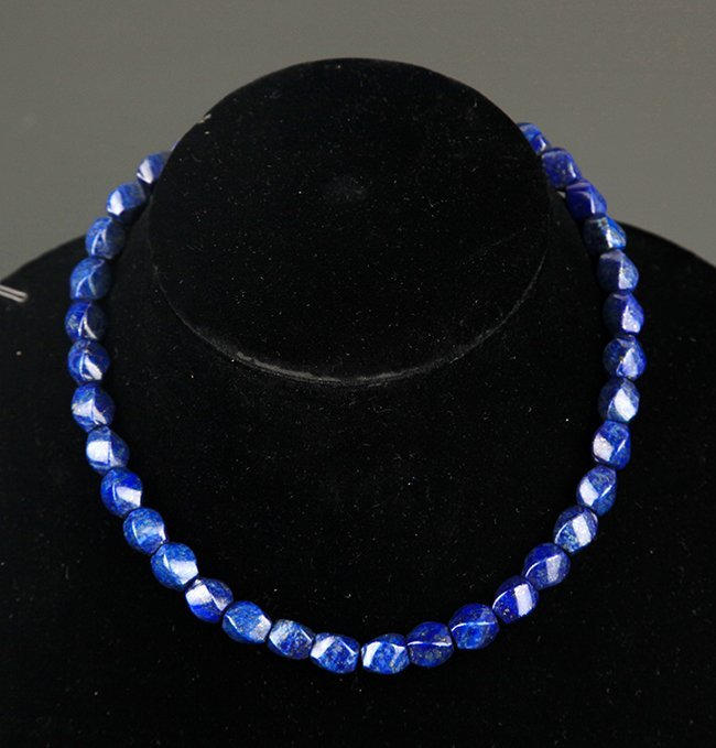 A FINE BLUE AND WHITE PORCELAIN NECKLACE