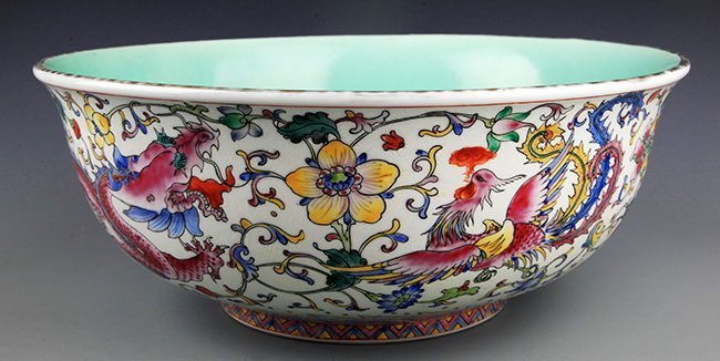 A LARGE COLORFUL FAMILLE-ROSE FINELY PAINTED BOWL