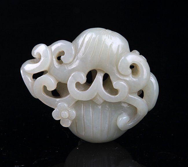 A FINELY CARVED PALE CELADON JADE PENDANT