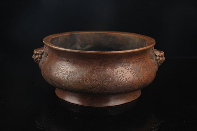 A FINELY CARVED LION EAR ROUND BRONZE CENSER