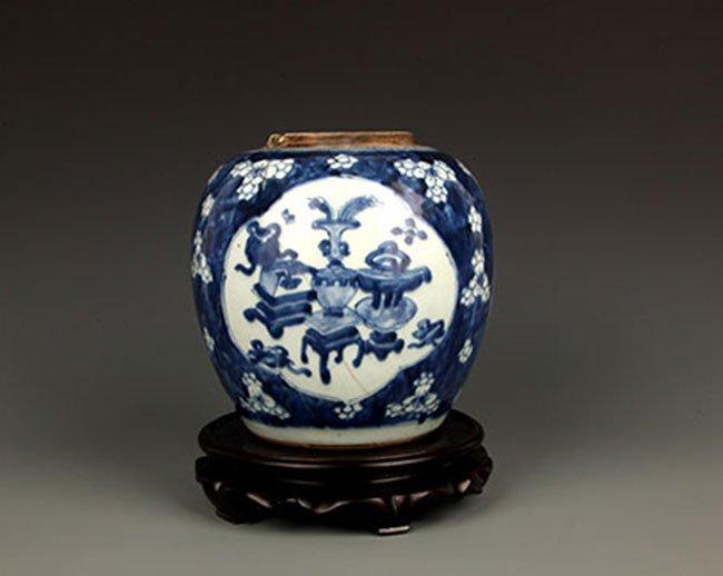 A FINE BLUE AND WHITE PORCELAIN JAR